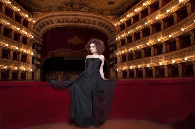 Carmen Giannattasio in Alberta Ferretti 03